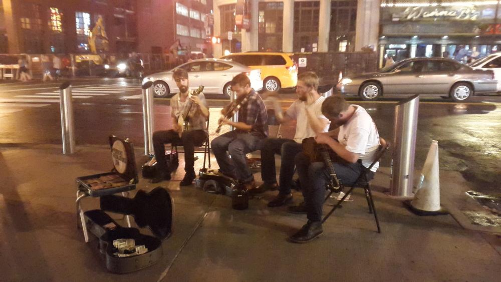 Country Musiker spielen in Nashville auf der Straße